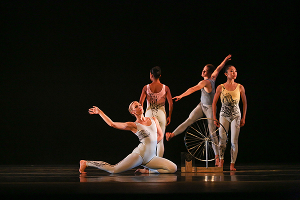 Tracer performed by dancers